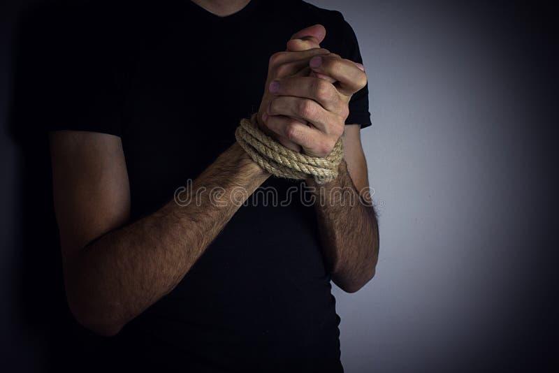 Mani legate di un giovane fotografia stock