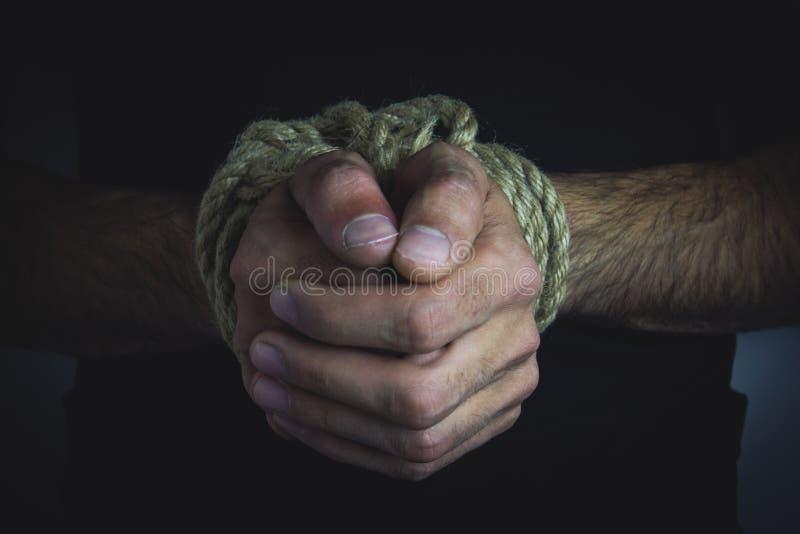 Mani legate di un giovane immagini stock