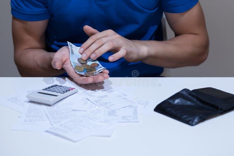 Mani maschii che contano soldi fotografie stock