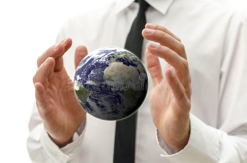 Mani maschii che tengono il globo della terra fotografia stock libera da diritti