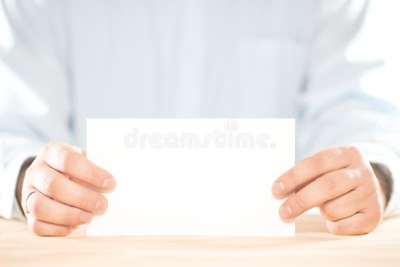 Mani maschii dell'uomo d'affari che tengono il modello della carta di Libro Bianco dello spazio in bianco Modello dello strato fotografia stock libera da diritti