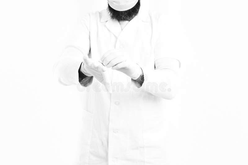 Mani maschii di medico che indossano i guanti medici fotografia stock