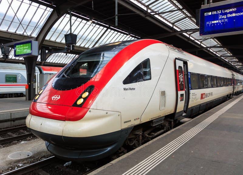Mani Matter-locomotief bij een platform van de belangrijkste post van Zürich stock afbeeldingen