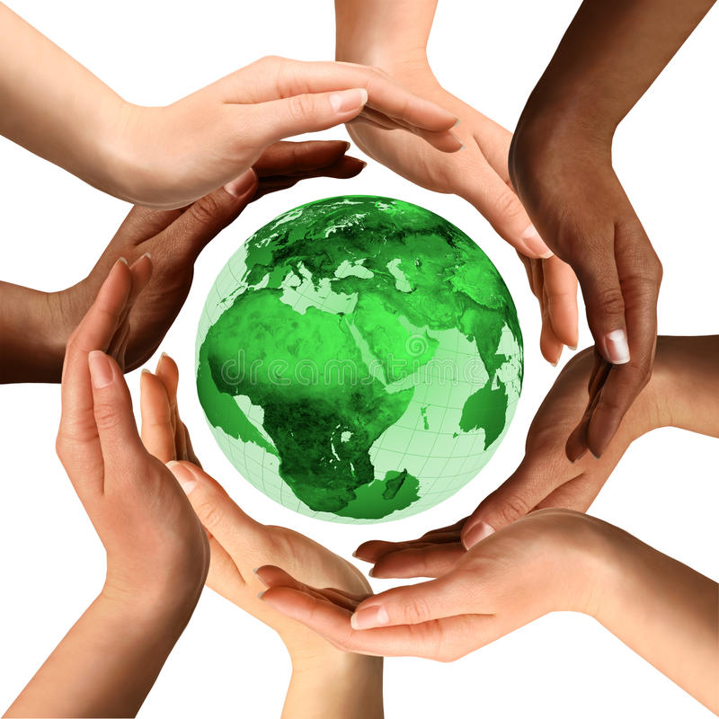 Mani Multiracial intorno al globo della terra fotografia stock libera da diritti