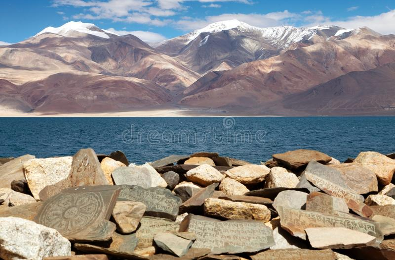 Mani-muur en Tso Moriri meer - Rupshu-vallei royalty-vrije stock fotografie