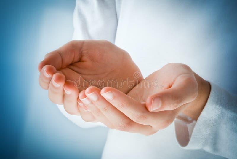 Mani nell'atto di ricezione immagine stock