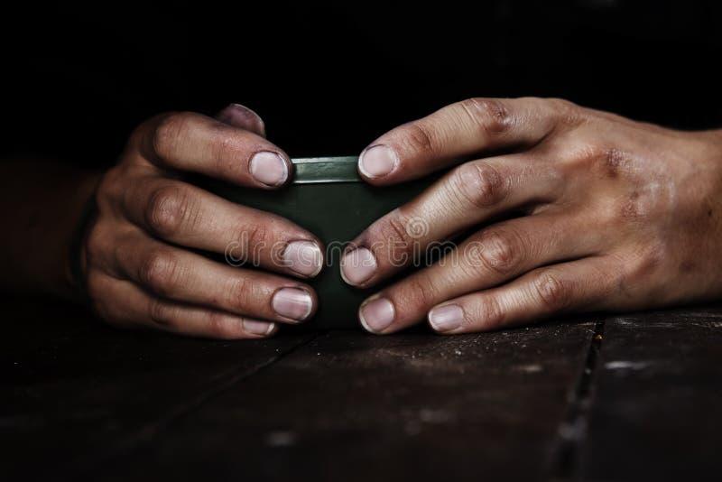 Mani nello scuro fotografia stock