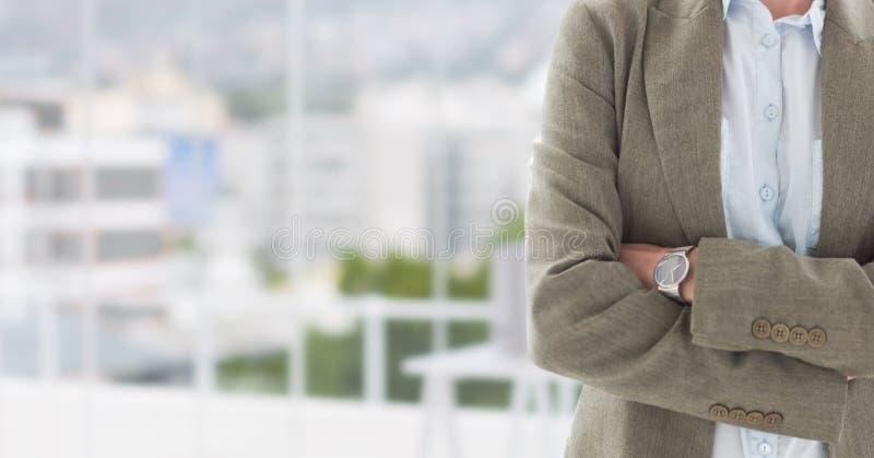 Mani piegate con l'orologio su fondo vago fotografia stock