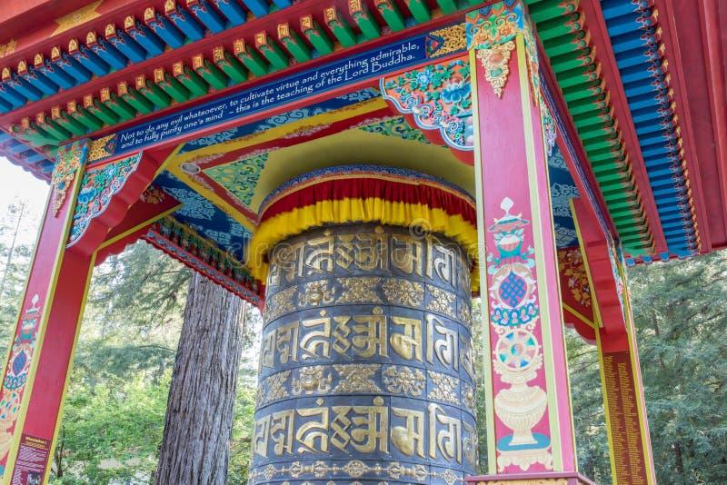Mani Prayer Wheel in Land van de Terugtochtcentrum van Geneeskundeboedha Soquel, Santa Cruz County, Californië, de V.S. royalty-vrije stock afbeelding