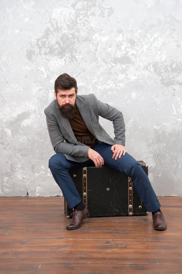 Mani?re commode de voyager aventure de voyage d'affaires homme d'affaires à la mode avec la valise luxuty pour le déplacement Vin photo stock