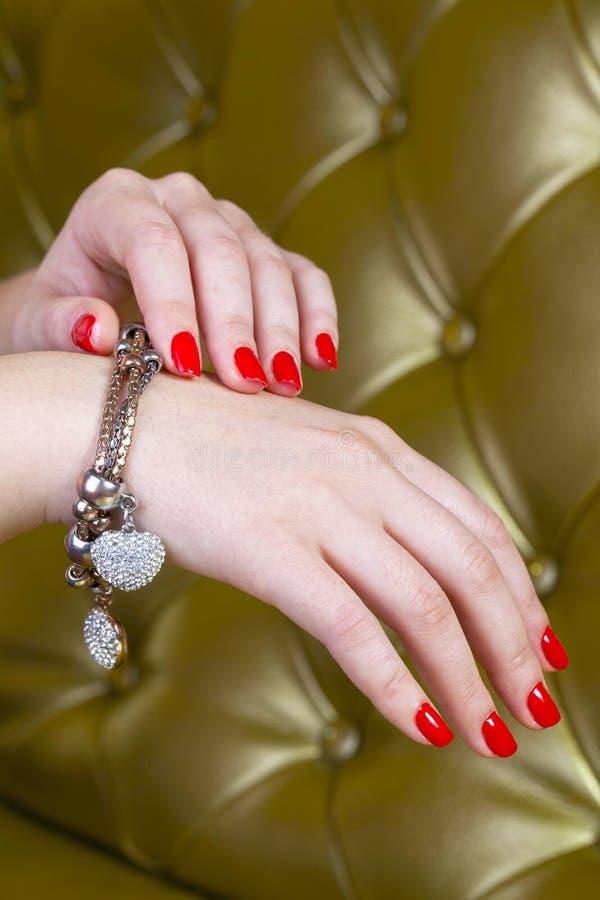 Mani rosse dei chiodi per natale fotografie stock libere da diritti