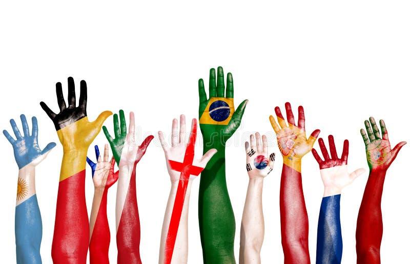 Mani sollevate attinte bandiere multinazionali illustrazione vettoriale