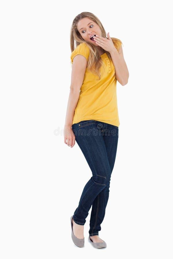 Mani sorprese della giovane donna davanti lei bocca immagini stock libere da diritti