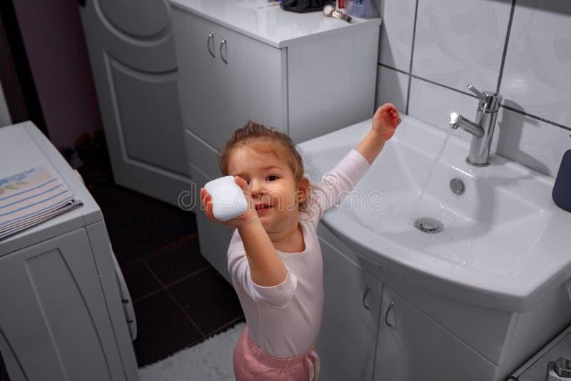 Mani sorridenti di lavaggio della bambina in bagno fotografie stock libere da diritti