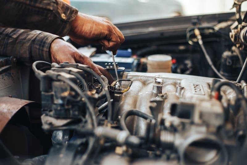 mani sporche dell'automobile reparing del meccanico immagine stock libera da diritti