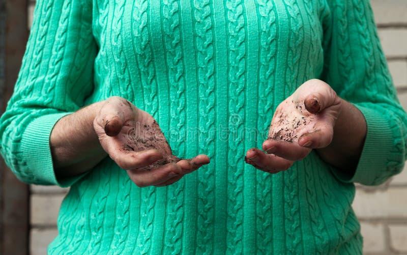 Mani sporche in un tempo di giardinaggio immagini stock libere da diritti