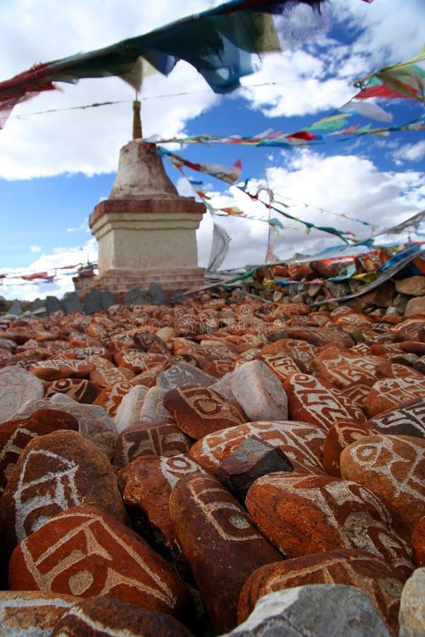 Mani stenar och buddistisk stupa arkivbild
