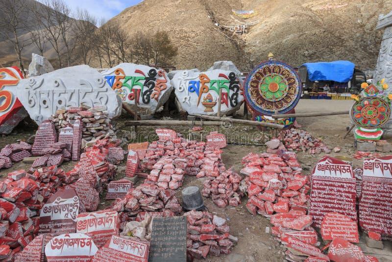 Mani-stenen met boeddhistische mantra Om Mani Padme Hum graveerden in Tibetaans in Yushu, China stock afbeelding