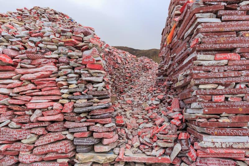 Mani-stenen met boeddhistische mantra Om Mani Padme Hum graveerden in Tibetaans in Yushu, China royalty-vrije stock foto's