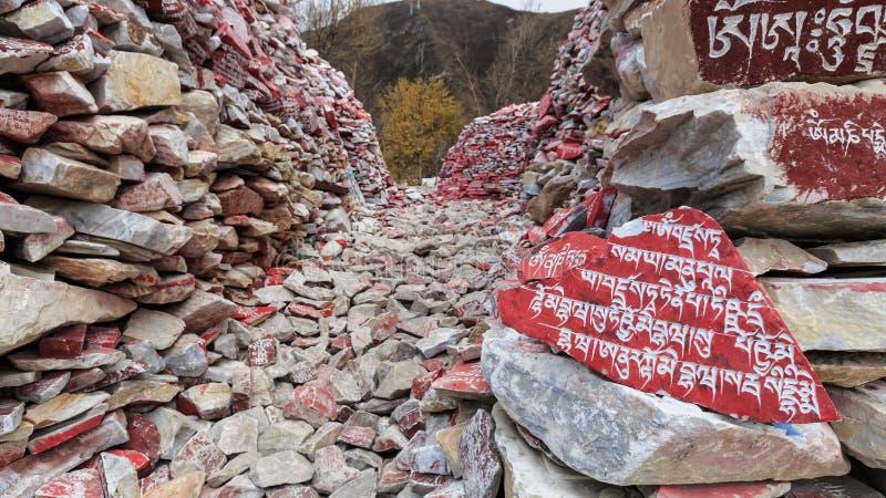 Mani-stenen met boeddhistische mantra Om Mani Padme Hum graveerden in Tibetaans in Yushu, China stock foto's