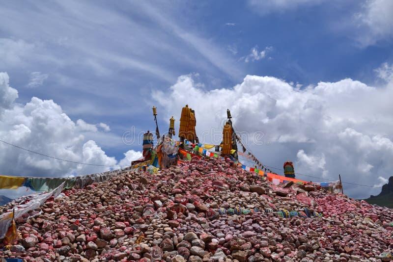 Mani-stenen in Nangqian van Qinghai stock afbeeldingen