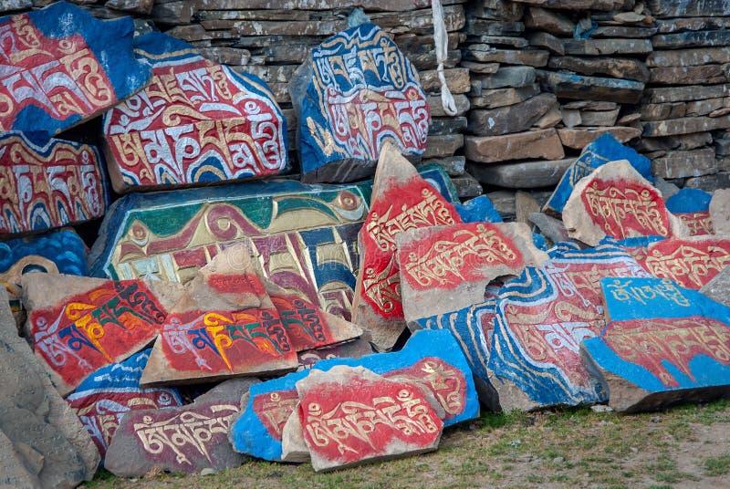 Mani Stones vägg av tibetan buddism fotografering för bildbyråer