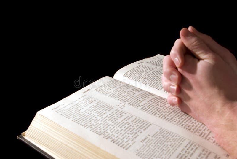 Mani sulla bibbia immagini stock libere da diritti