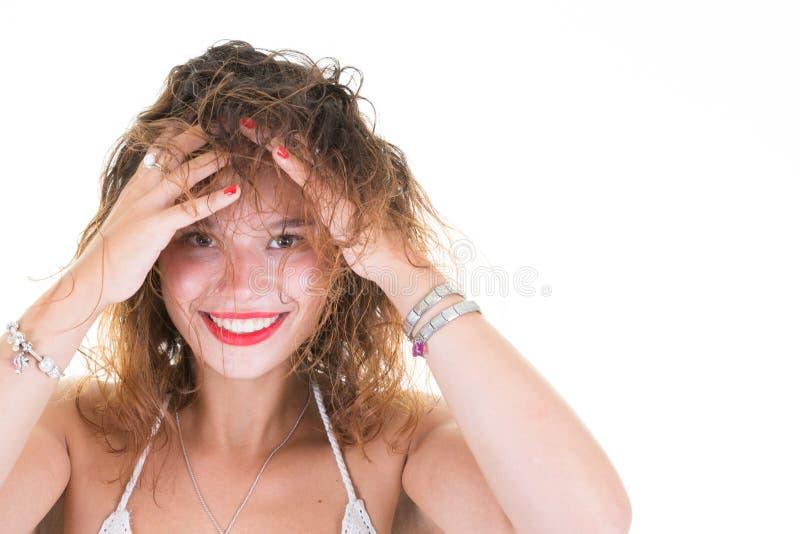 Mani sveglie di una le giovani donna su capelli capi su fondo bianco fotografia stock