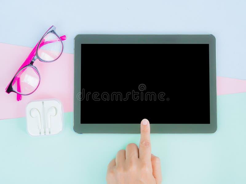 Mani teenager femminili facendo uso del pc della compressa con lo schermo nero fotografia stock