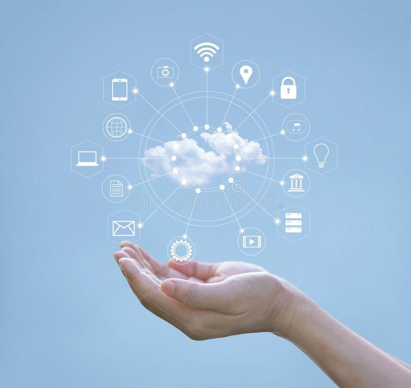 Mani umane che tengono la rete di computazione e dell'icona della nuvola immagine stock