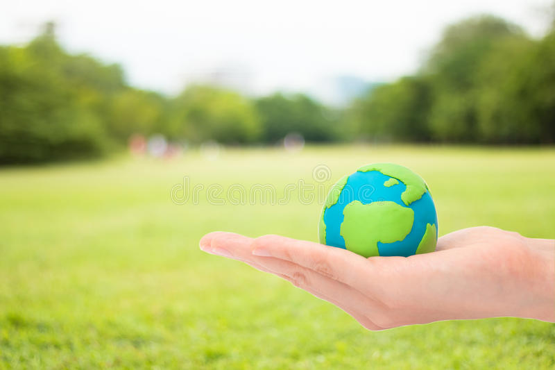 Mani umane che tengono pianeta o terra fotografie stock