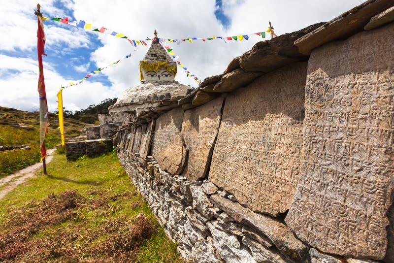 Mani vägg - traditionell religiös gränsmärke i Himalayas royaltyfria foton