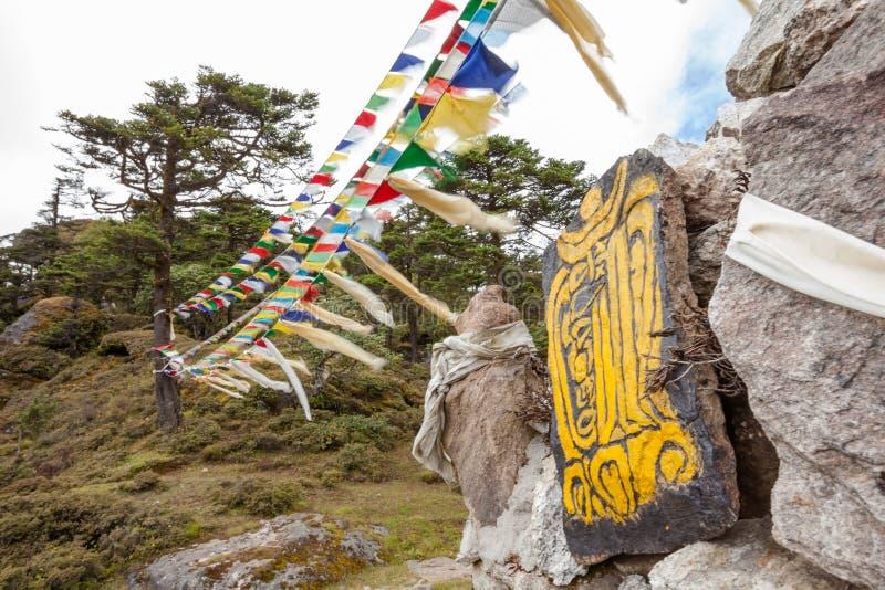 Mani vägg - traditionell religiös gränsmärke i Himalayas royaltyfria bilder