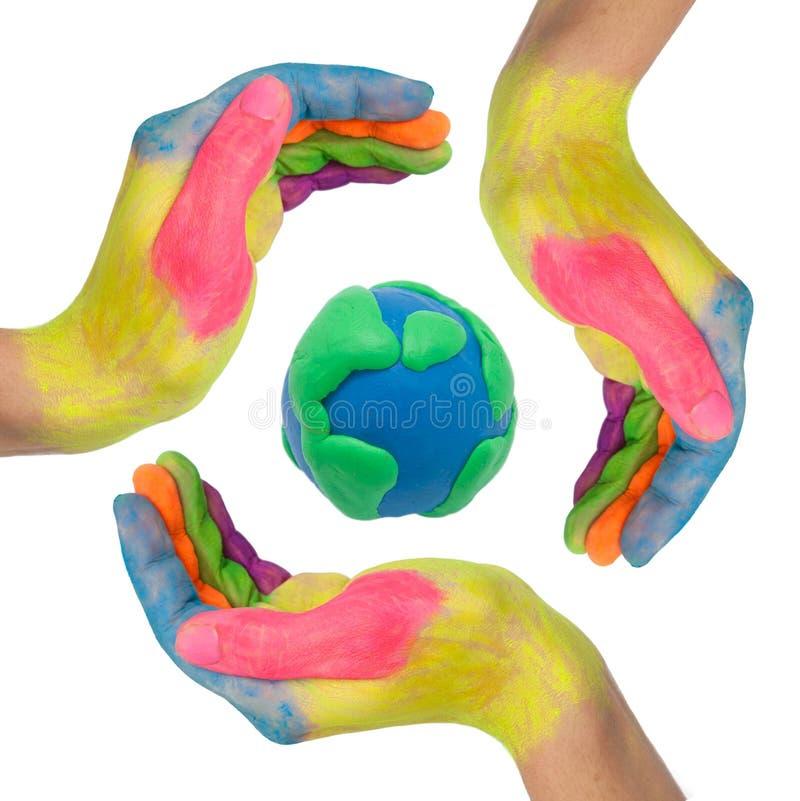 Mani variopinte che fanno un cerchio intorno al globo della terra illustrazione vettoriale