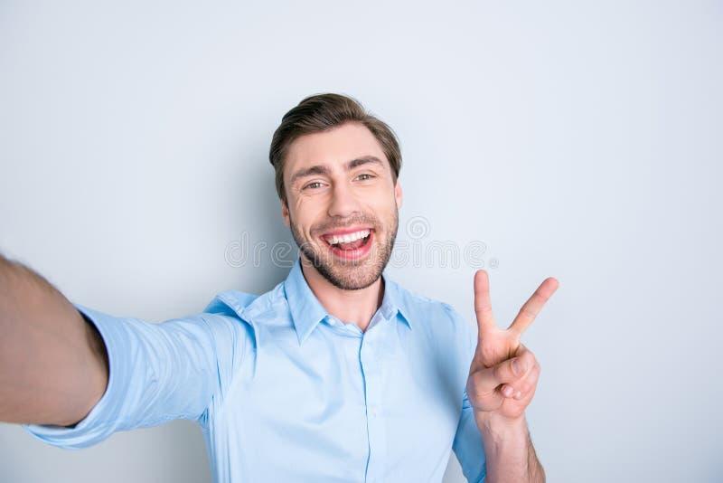 Mania de Selfie Feche acima do estudante triguenho seguro com irradiação foto de stock
