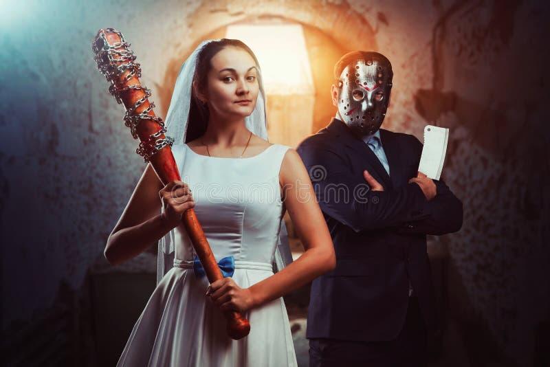 Maniaci delle persone appena sposate, vecchia prigione su fondo fotografia stock