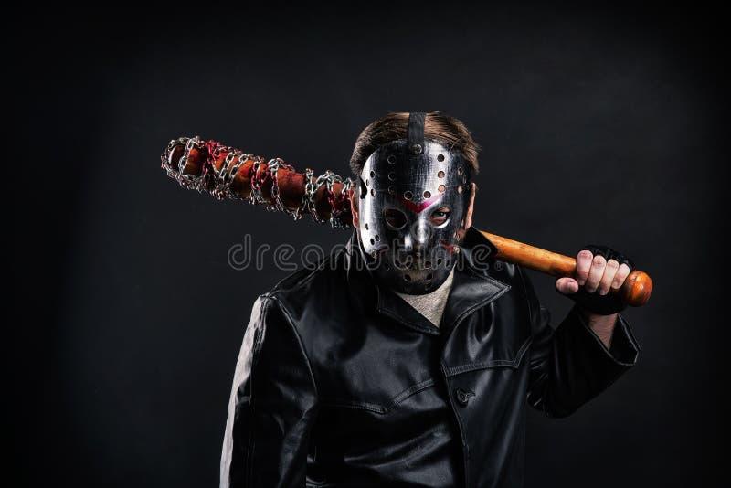 Maniaco sangriento en máscara y capa de cuero negra imágenes de archivo libres de regalías