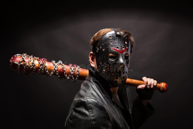 Maniaco sangriento en máscara y capa de cuero negra fotografía de archivo