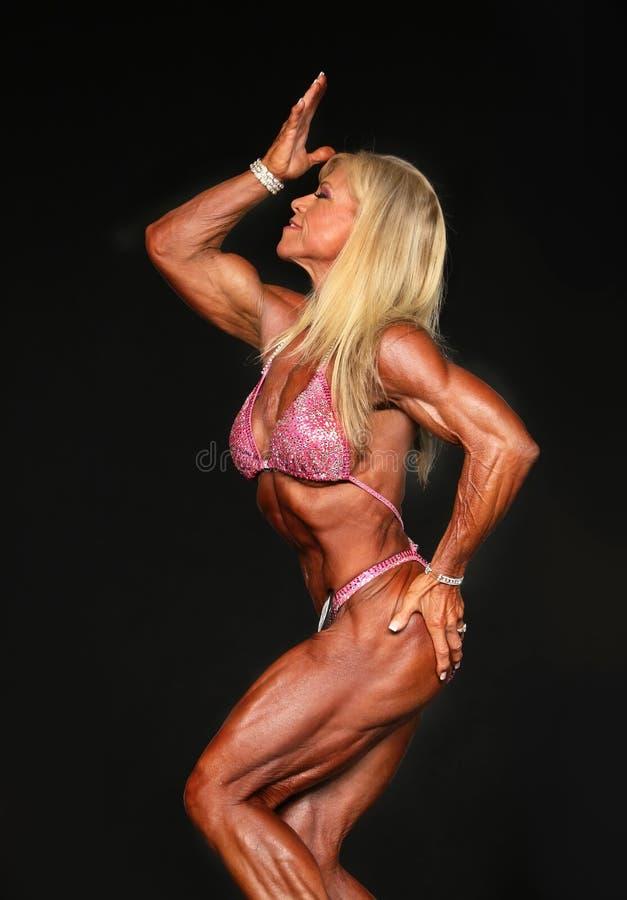 Maniak, blondynka, w średnim wieku Bodybuilder obrazy royalty free