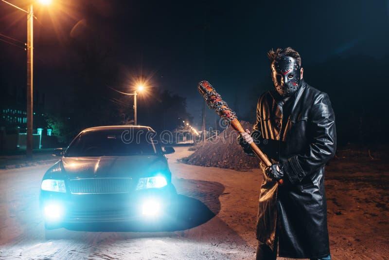 Maniak in hockeymasker, honkbalknuppel in handen royalty-vrije stock afbeeldingen