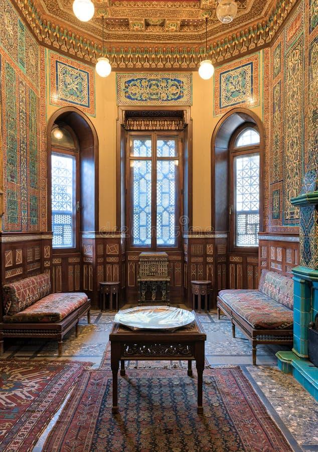 Manial pałac książe Mohammed Ali Zima pokój przy siedzibą Hall z ozdobną ścianą i sufitem, okno, dekorował leżanki obrazy royalty free