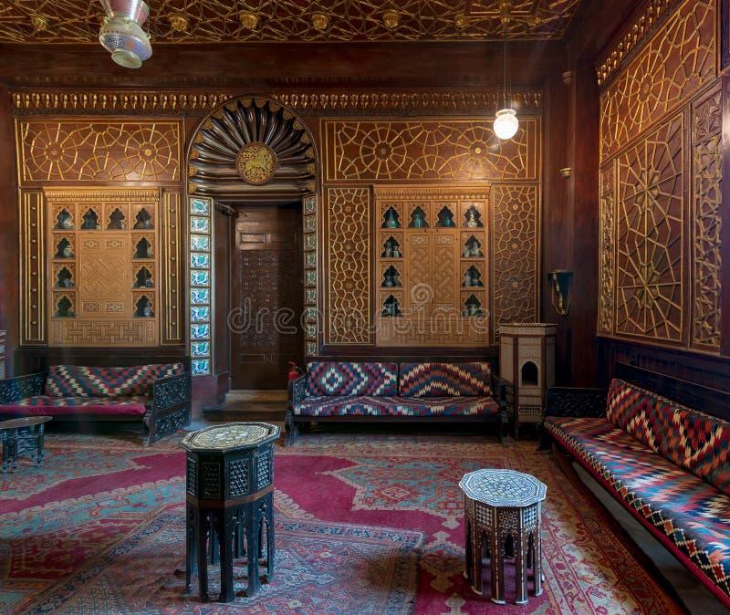 Manial-Palast von Prinzen Mohammed Ali Gäste Hall mit hölzerner aufwändiger Decke und hölzerner aufwändiger Tür, Kairo, Ägypten lizenzfreies stockfoto