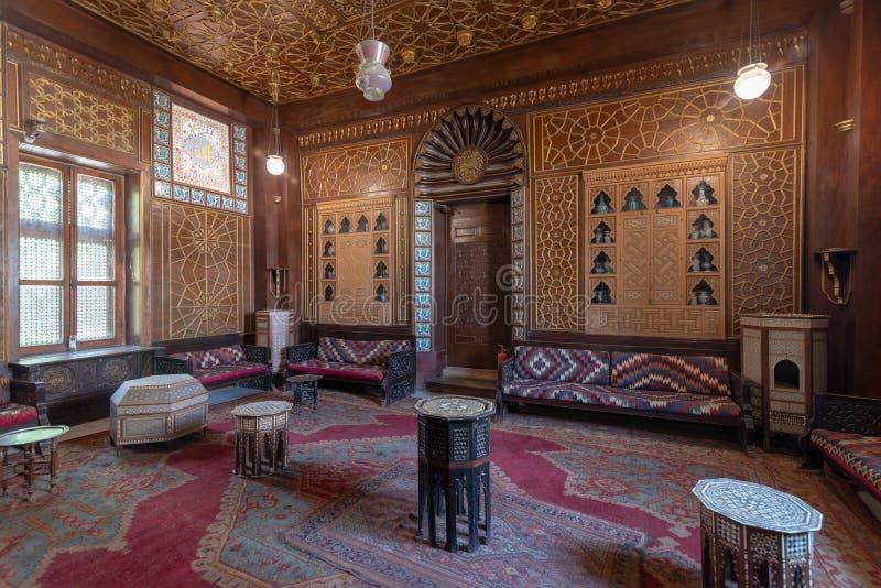 Manial-Palast von Prinzen Mohammed Ali Gäste Hall mit hölzerner aufwändiger Decke und hölzerner aufwändiger Tür, Kairo, Ägypten stockbild