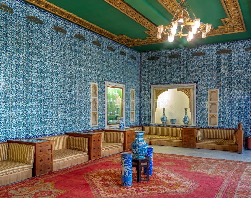 Manial slott av prinsen Mohammed Ali Slösa den belade med tegel korridoren på uppehållet av modern för prins` s, Kairo, Egypten royaltyfria bilder