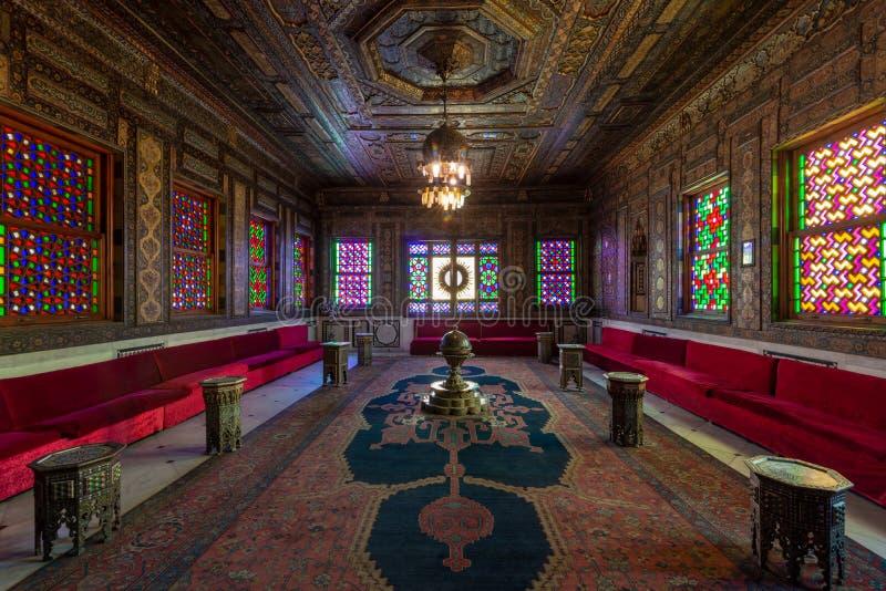 Manial slott av prinsen Mohammed Ali Syrian Hall med utsmyckade träväggar och fönster med kulör målat glass, Kairo, Egypten royaltyfria bilder