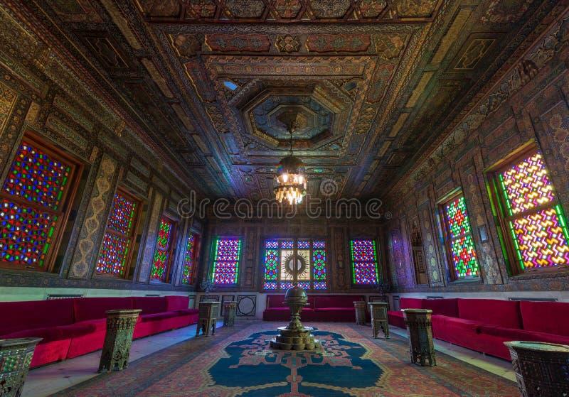 Manial slott av prinsen Mohammed Ali Syrian Hall med utsmyckade träväggar och fönster med kulör målat glass, Kairo, Egypten arkivbilder