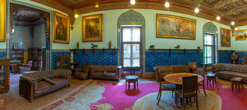 Manial slott av prinsen Mohammed Ali Vardagsrum på uppehållbyggnaden med turkiska blom- blåa keramiska tegelplattor, Kairo, Egypt royaltyfria bilder