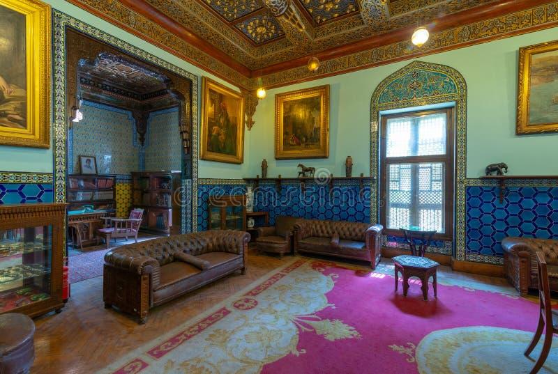 Manial slott av prinsen Mohammed Ali Vardagsrum på uppehållbyggnaden med turkiska blom- blåa keramiska tegelplattor, Kairo, Egypt arkivbilder
