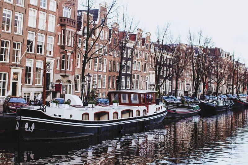 Manica nel paesaggio europeo della città di barca di Amsterdam del fiume olandese delle case fotografia stock libera da diritti
