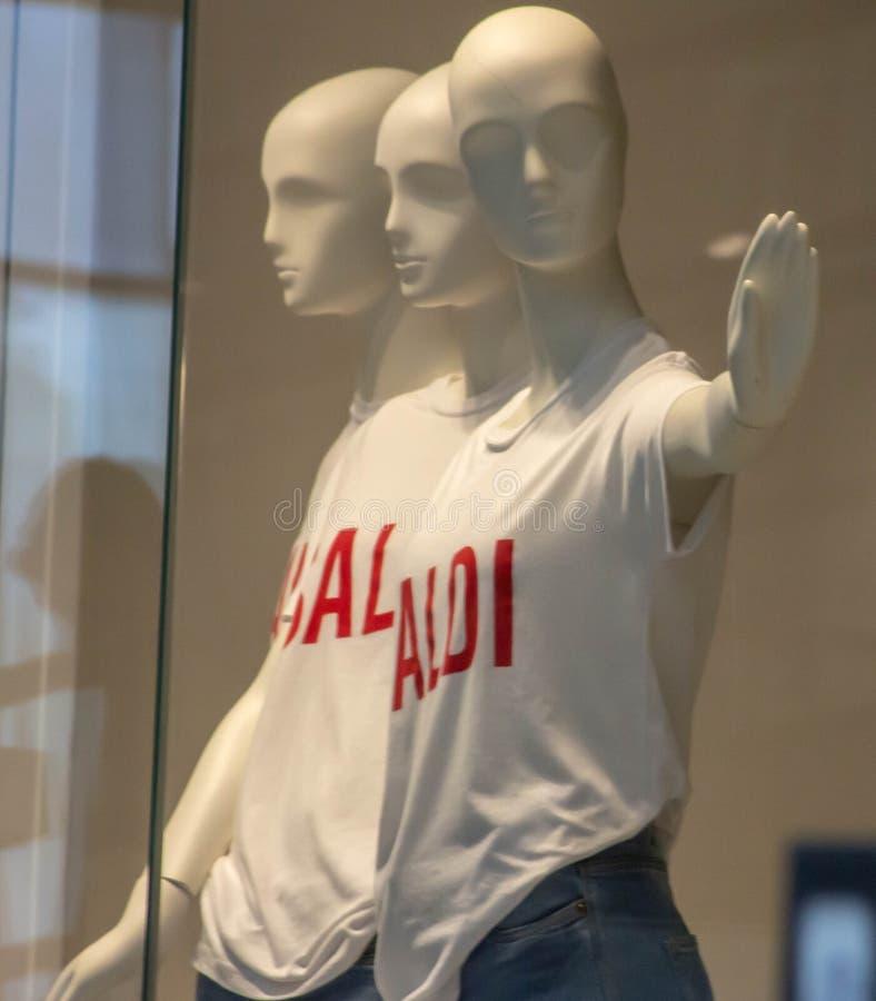 """Manichini con una maglietta bianca con la parola """"vendita """"che dice loro di fermarsi fotografia stock libera da diritti"""